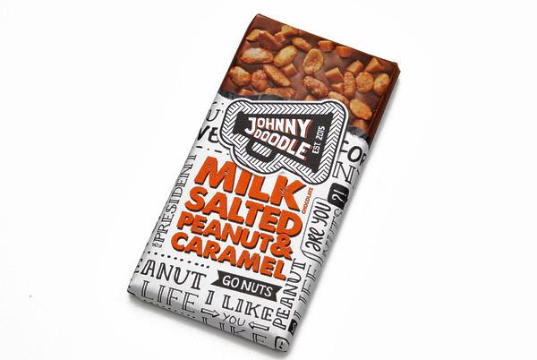 Johnny Doodle Vollmilchschokolade mit gesalzenen Erdnüssen und Karamell